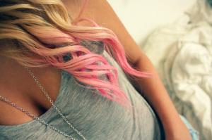 розовые  кончики локонов