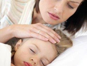 мама смотрит на волосы ребенка