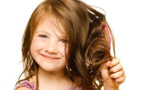 Девочка расчесывает волосы