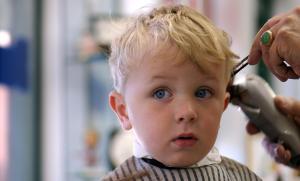 мальчику стригут волосы