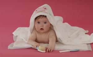 ребенок в полотенце с расческой