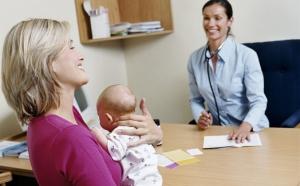 мама с младенцем у врача
