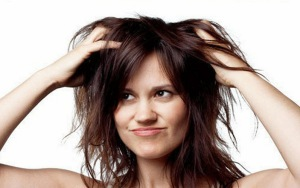 Девушка чешет волосы