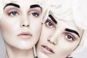 Две девушки с густыми бровями