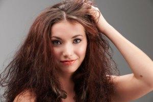 Девушка с пышными волосами
