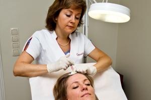 трихолог осматривает волосы пациента