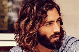Мужчина с длинными волосами и бородой