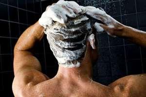 Мужчина моет голову