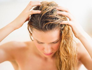 мыть волосы