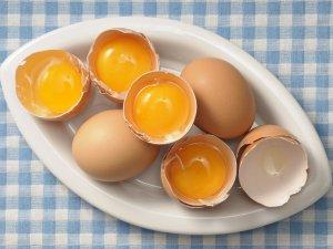 Лечение перхоти масками с яичным желтком