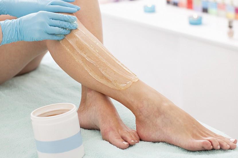 Нанесение сахарной пасты на ноги