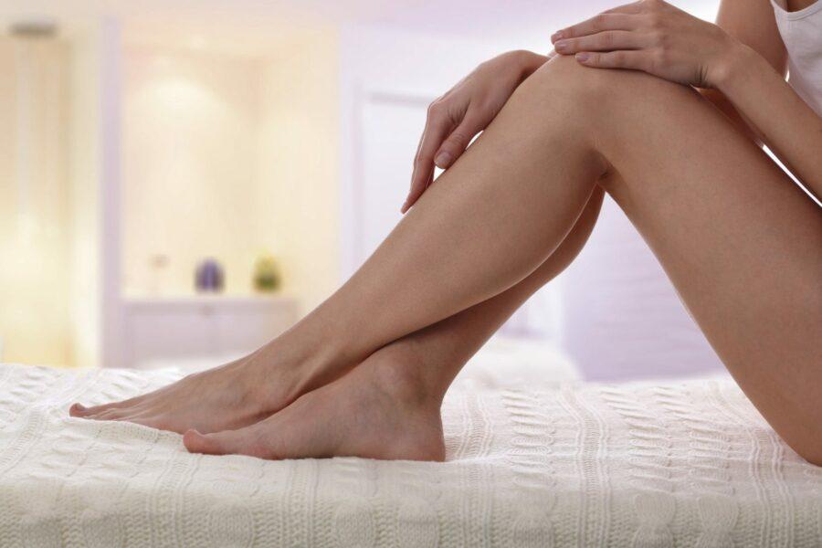 Ноги девушки на кровати