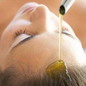 Нанесение оливкового масла на волосы