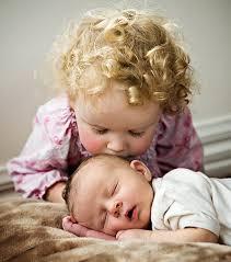 Выпадают волосы у новорожденного: стоит ли волноваться?