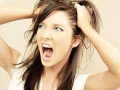 рвет  волосы  от стресса