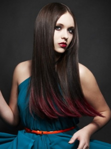 красные  кончики на  темных  волосах