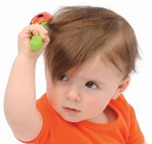 ребенок причесывает волосы