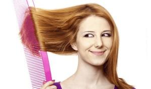 девушка расчесывает волосы большой расческой