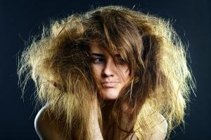Девушка с запутанными волосами