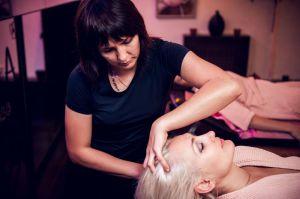 Девушка делает массаж головы
