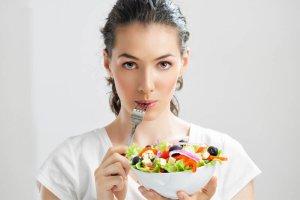 Девушка с вилкой и салатом