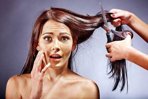 Испуганной девушке стригут волосы