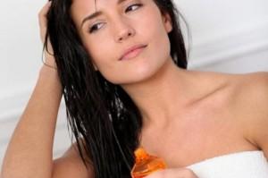 Девушка наносит средство на волосы