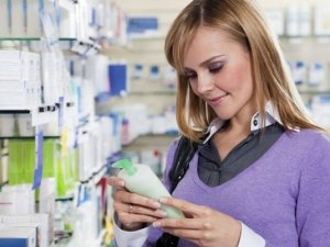 Приобретение шампуня от перхоти в аптеке